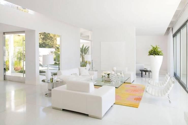 Phòng khách sơn tường màu trắng:  Phòng khách by Thương hiệu Nội Thất Hoàn Mỹ