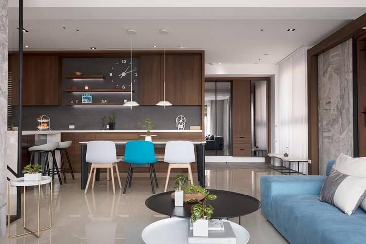 鄧醫師的時光慢速宅:  客廳 by Fertility Design 豐聚空間設計