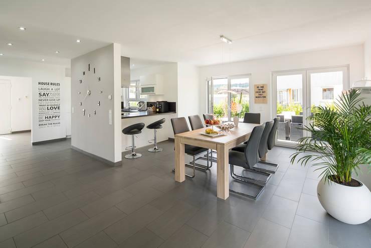 NEO 311 - Ein Zuhause wie eine Insel: moderne Esszimmer von FingerHaus GmbH