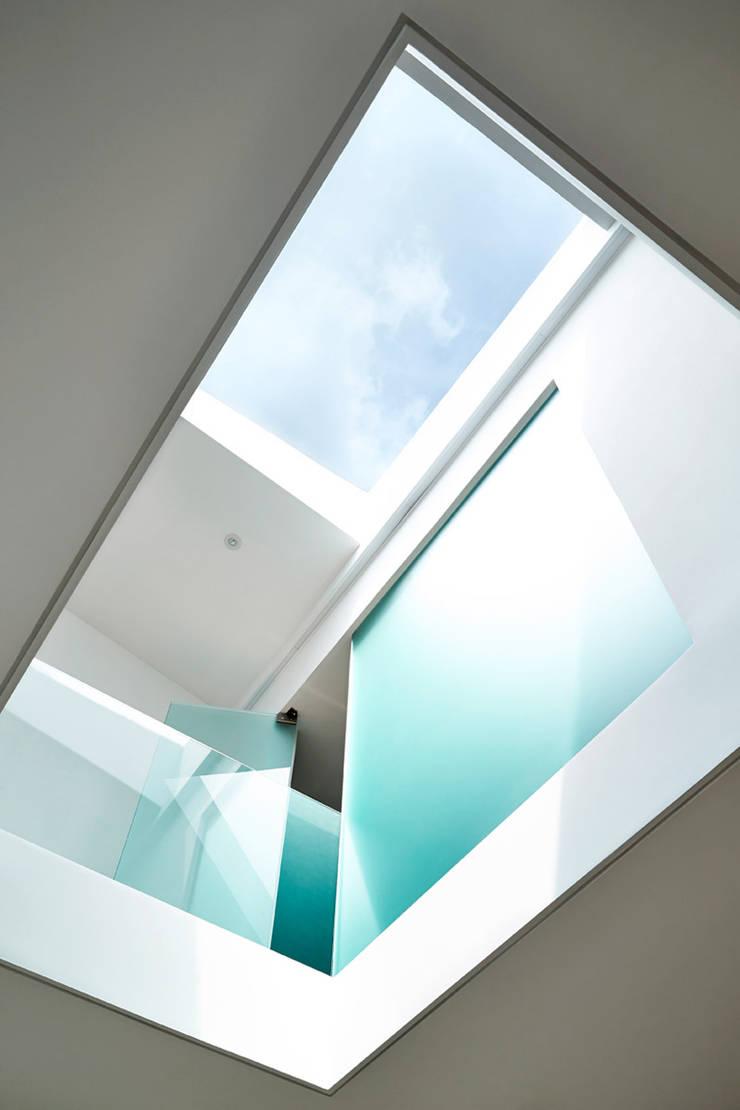 Sky Loft:  Corridor & hallway by KUBE Architecture