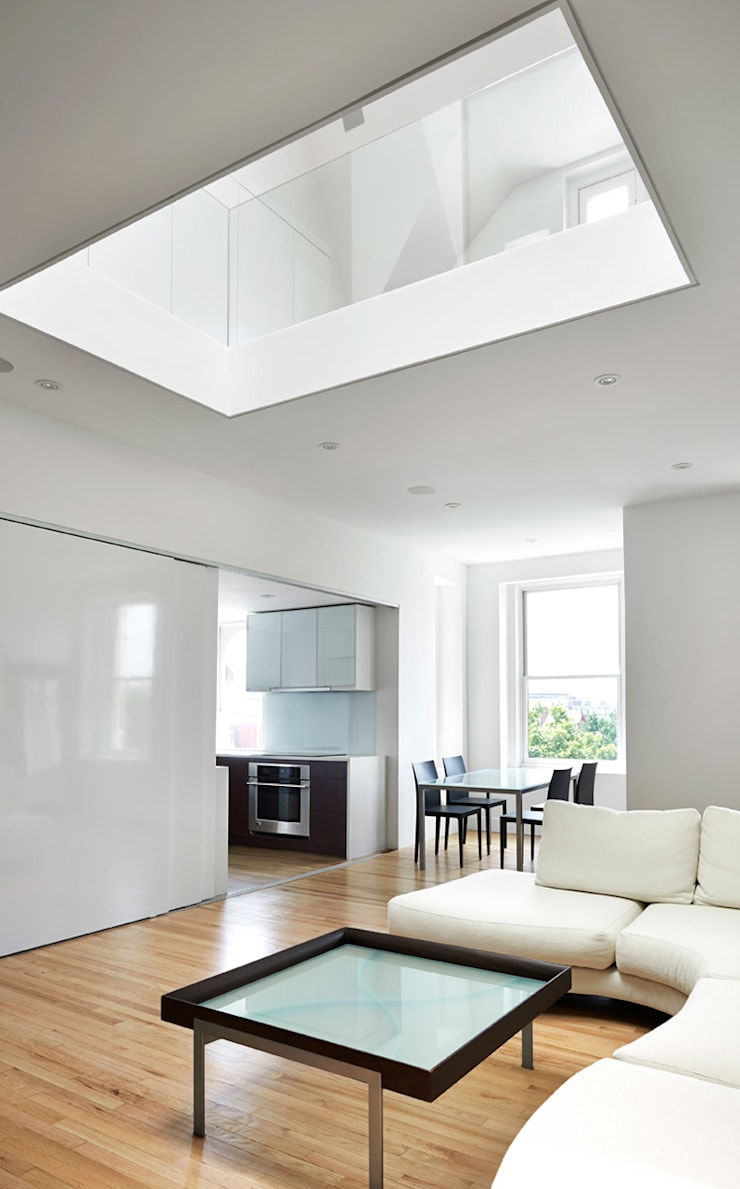 Sky Loft:  Living room by KUBE Architecture
