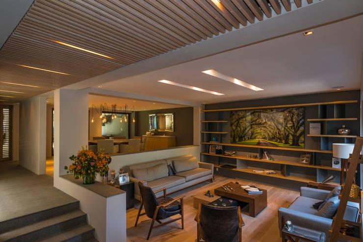 CASA CALAVERA: Salas de estilo  por HDA: ARQUITECTURA BIOCLIMATICA