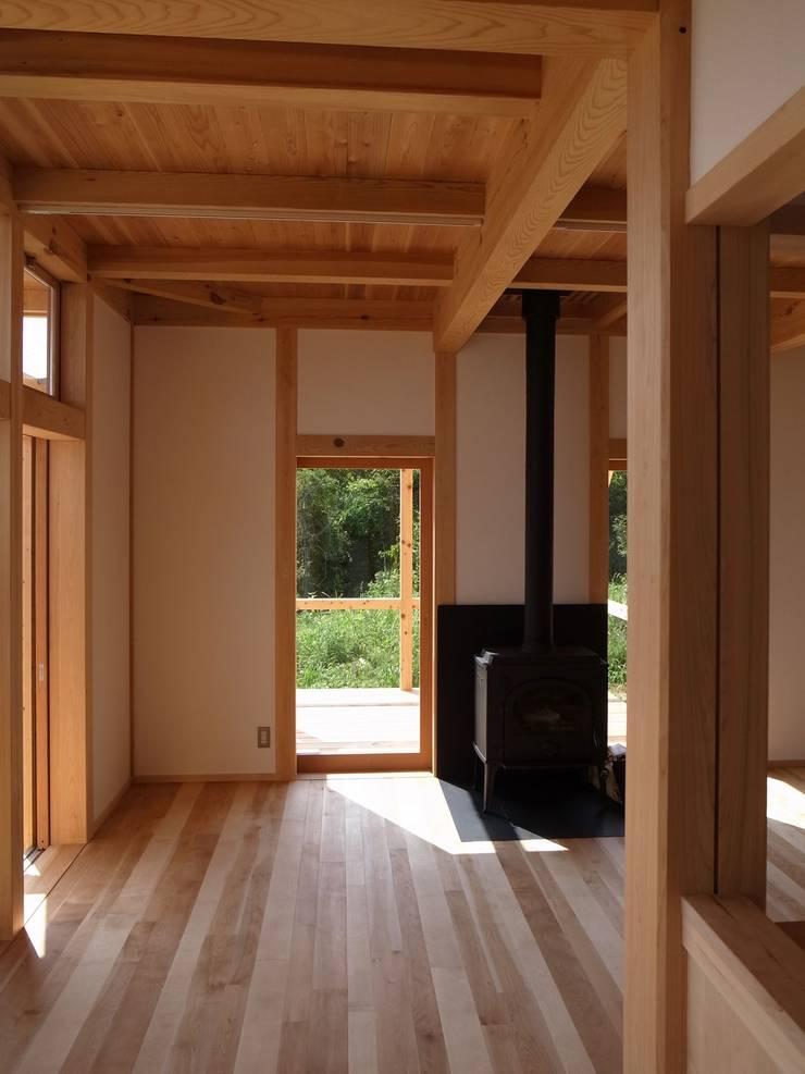 Moderne Wohnzimmer von 北村建築設計事務所 Modern