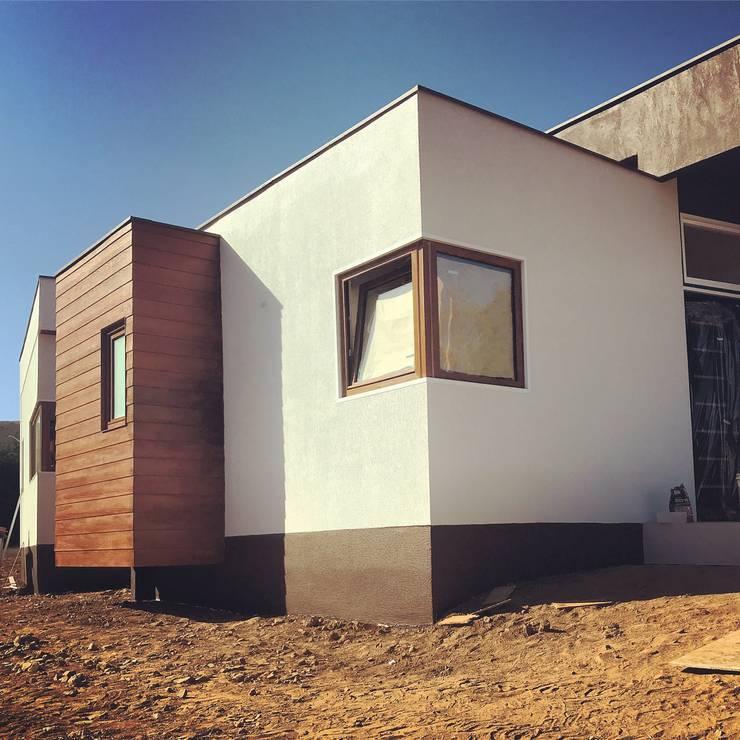Fachada Principal Vivienda Lt37 Premium 125m2 Fundo Loreto.: Casas unifamiliares de estilo  por Territorio Arquitectura y Construccion - La Serena