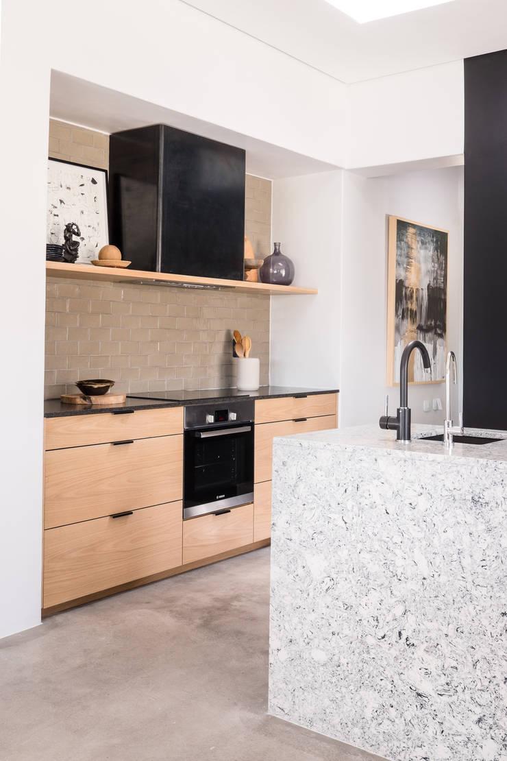 Project: Volstruis Ave, Yzerfontein:  Kitchen by de Beyer Design Studio