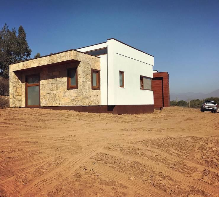 Fachada lateral. Vivienda Lt37 Premium 125m2 Fundo Loreto: Casas unifamiliares de estilo  por Territorio Arquitectura y Construccion - La Serena