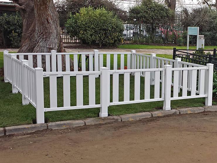 Cercos de PVC desarrollado para Cementerio Parque: Hospitales de estilo  por Constructora Las Américas S.A.