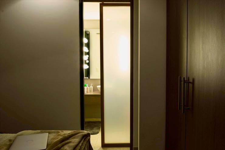 Interiorismo Baños: Puertas corredizas de estilo  por Structure Diseño & Arquitectura