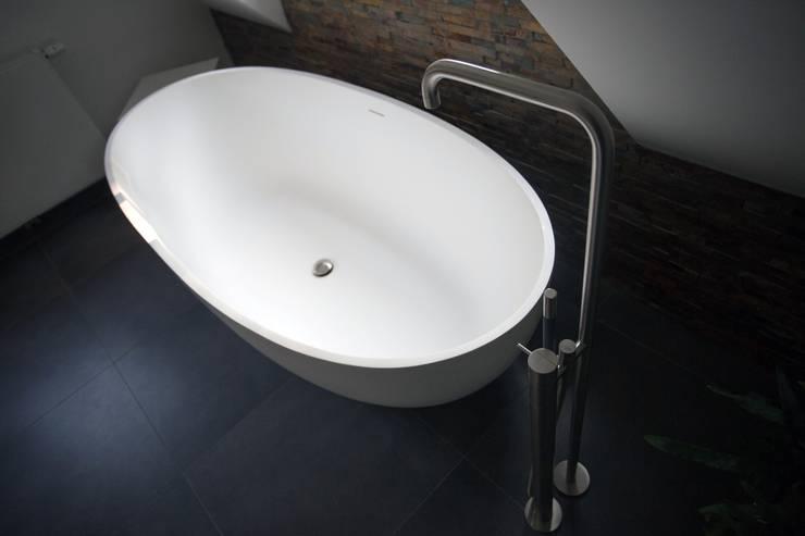 Vrijstaand design bad met luxe VOLA badkraan: modern  door De Eerste Kamer, Modern Kunststof