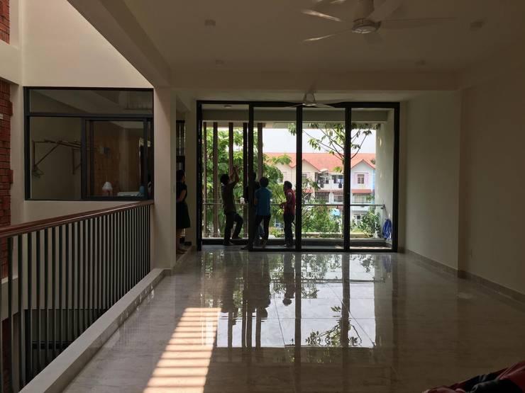 Các ô thông tầng, cửa sổ kính và giếng trời được KTS khéo léo thêm vào.:  Phòng học/Văn phòng by Công ty TNHH Thiết Kế Xây Dựng Song Phát