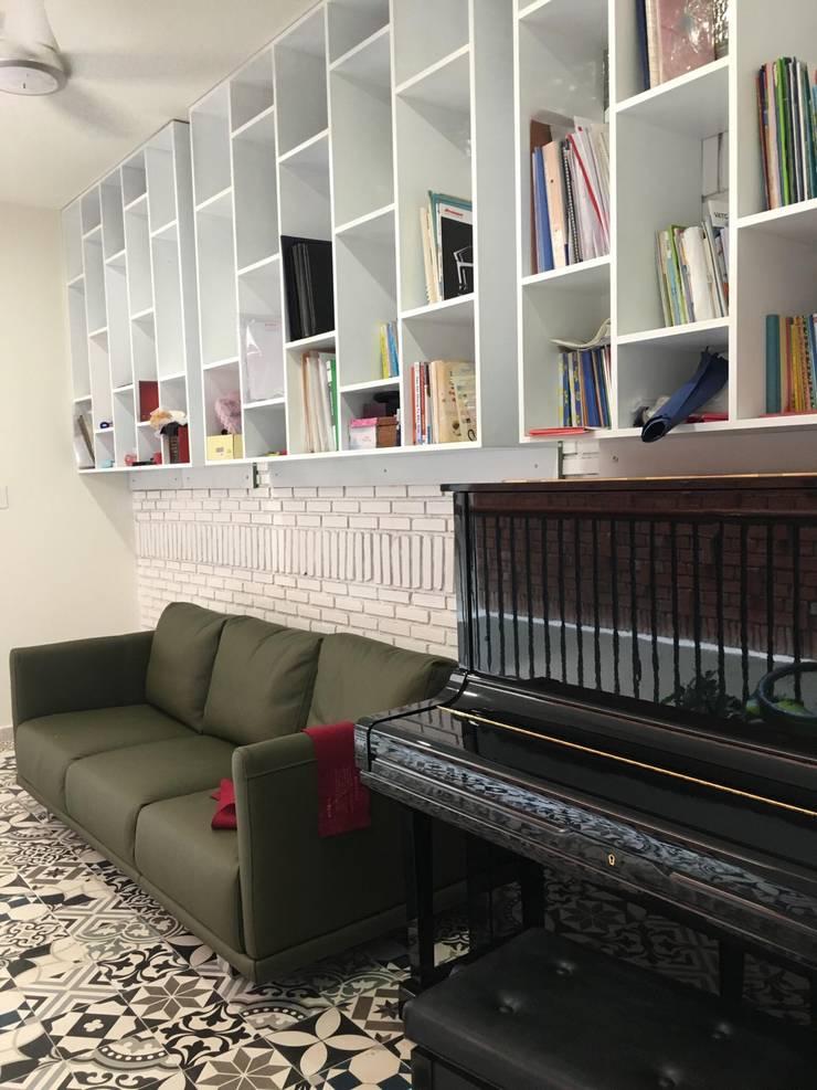 Toàn bộ tường đều là gạch xây thô được cách điệu tạo điểm nhấn độc đáo cho ngôi nhà.:  Phòng khách by Công ty TNHH Thiết Kế Xây Dựng Song Phát