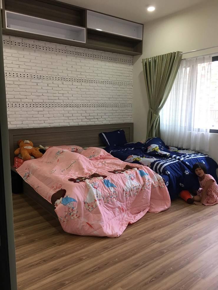 Cửa sổ kính lớn vừa mang lại nhiều ánh sáng cho phòng ngủ của con.:  Phòng ngủ by Công ty TNHH Thiết Kế Xây Dựng Song Phát