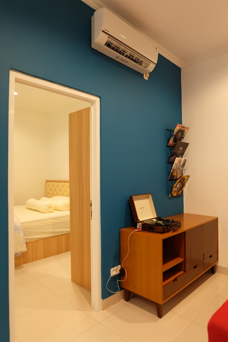 RUMAH PALEM INDAH MANSION:  Multimedia room by FIANO INTERIOR