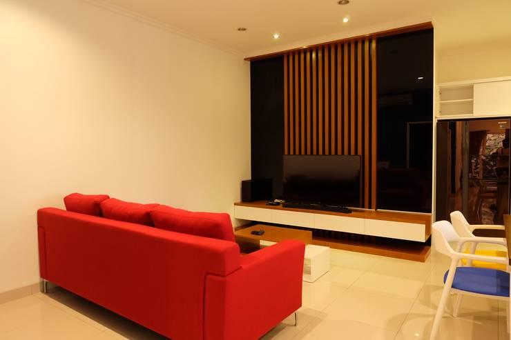 Ruang Tamu:  Living room by FIANO INTERIOR