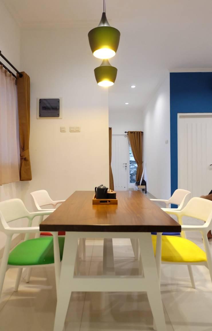 RUMAH PALEM INDAH MANSION:  Dining room by FIANO INTERIOR
