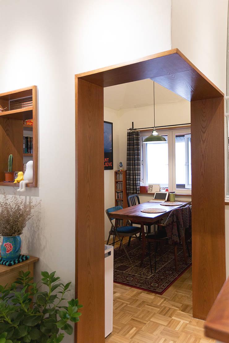 18평 빌라, 탑층 활용기: 미우가 디자인 스튜디오의  다이닝 룸