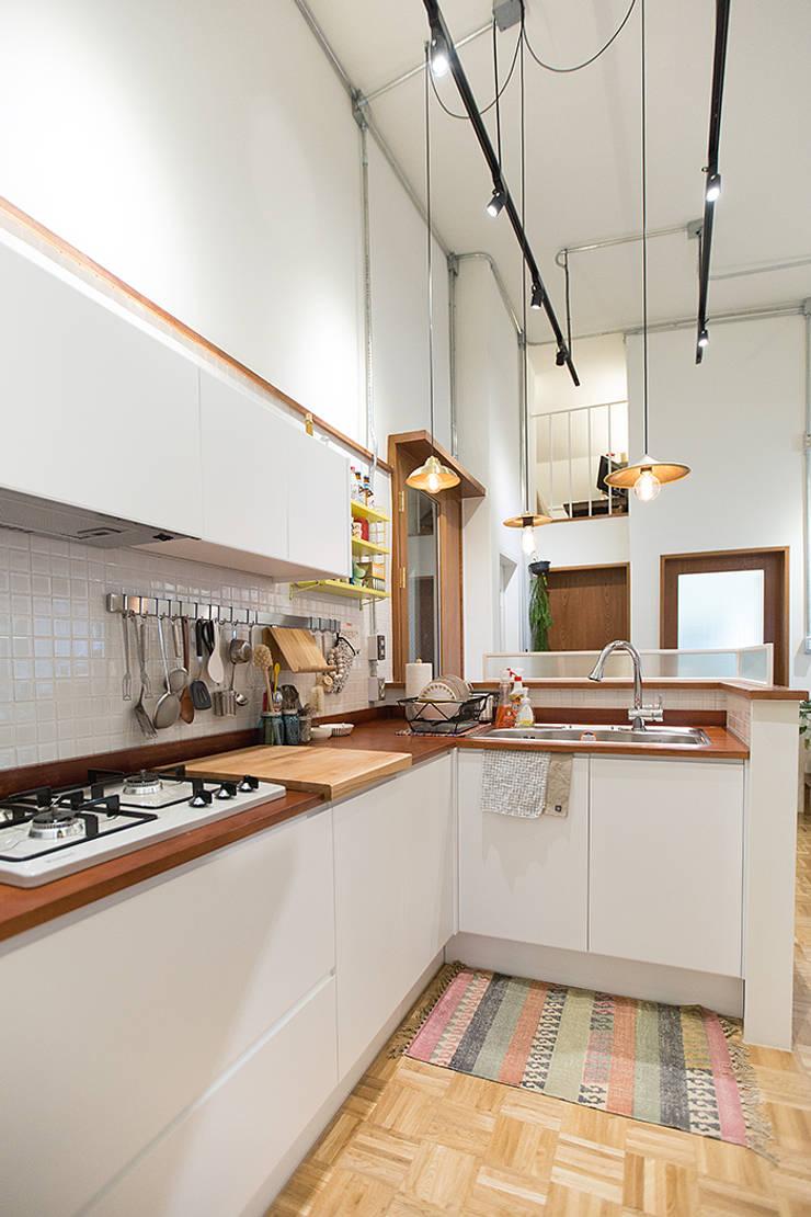 18평 빌라, 탑층 활용기: 미우가 디자인 스튜디오의  주방