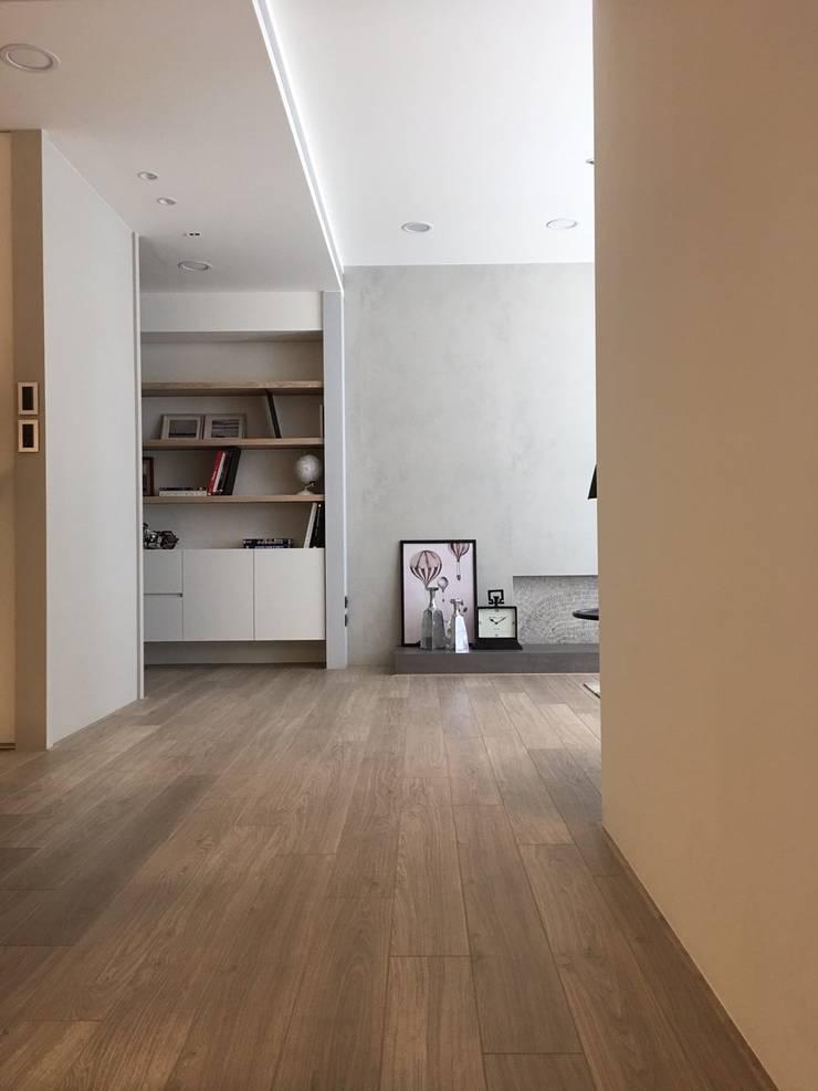 Couloir et hall d'entrée de style  par Fertility Design 豐聚空間設計, Moderne