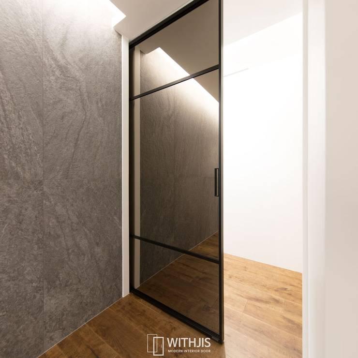 양면 브론즈경 접합유리가 적용된 현관 중문: WITHJIS(위드지스)의  문,