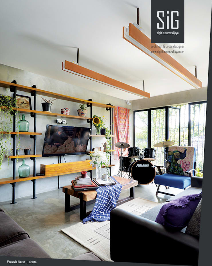 Rumah Beranda – Green Boarding House:  Ruang Keluarga by sigit.kusumawijaya | architect & urbandesigner