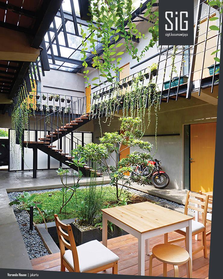 Rumah Beranda – Green Boarding House:  Teras by sigit.kusumawijaya | architect & urbandesigner