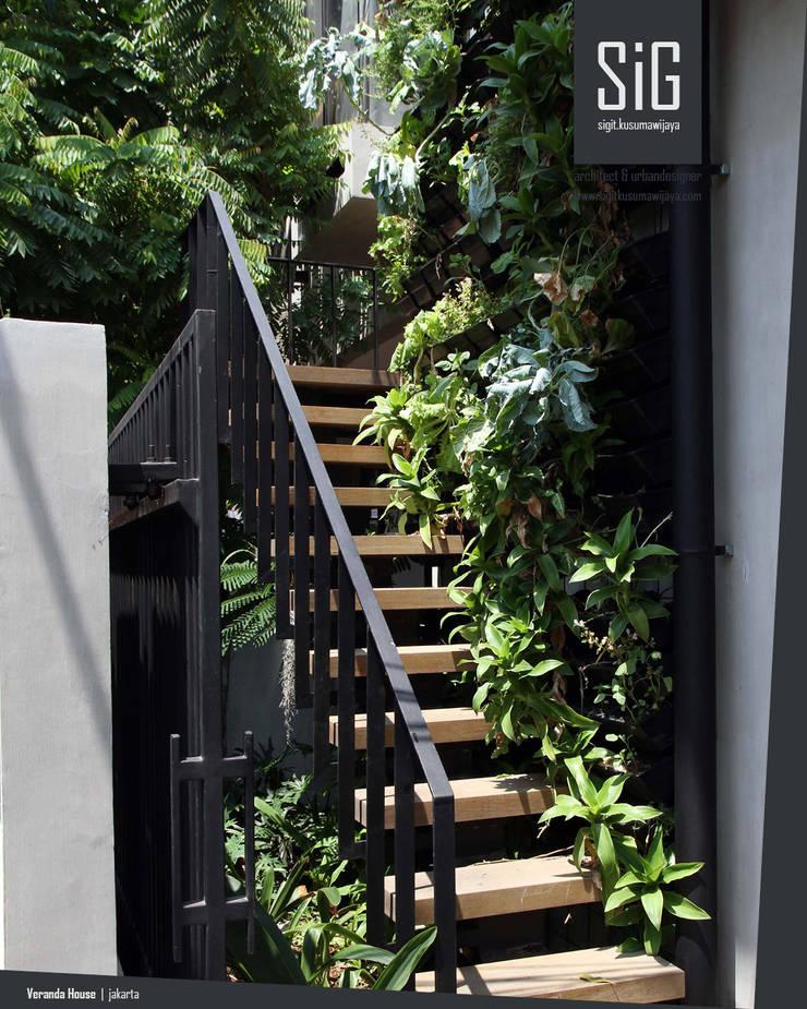 Rumah Beranda – Green Boarding House:  Tangga by sigit.kusumawijaya | architect & urbandesigner