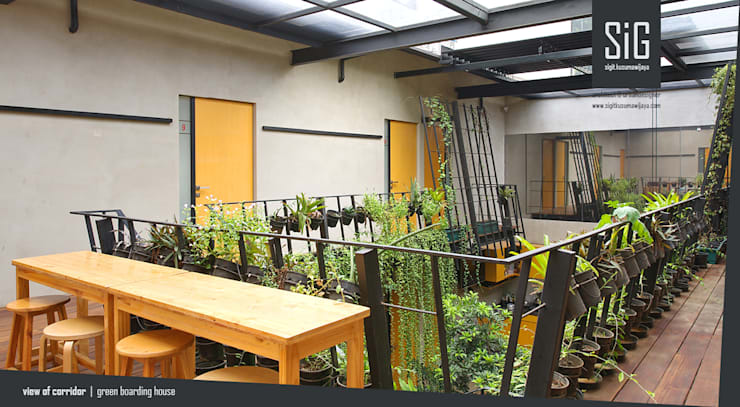 Rumah Beranda – Green Boarding House:  Koridor dan lorong by sigit.kusumawijaya | architect & urbandesigner
