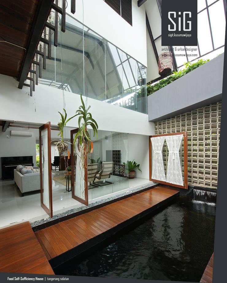 Rumah Kebun Mandiri Pangan (Food Self-Sufficiency House):  Ruang Keluarga by sigit.kusumawijaya | architect & urbandesigner