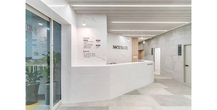 웰비뇨기과의원 대전: 제이에이치와이 건축사사무소의  거실