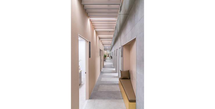 웰비뇨기과의원 대전: 제이에이치와이 건축사사무소의  복도 & 현관