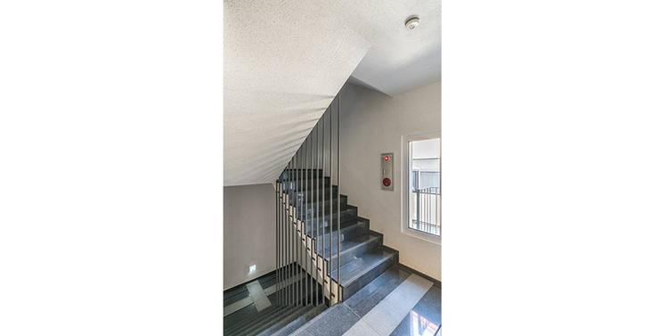 삼전동 스튜디오하우스: 제이에이치와이 건축사사무소의  계단
