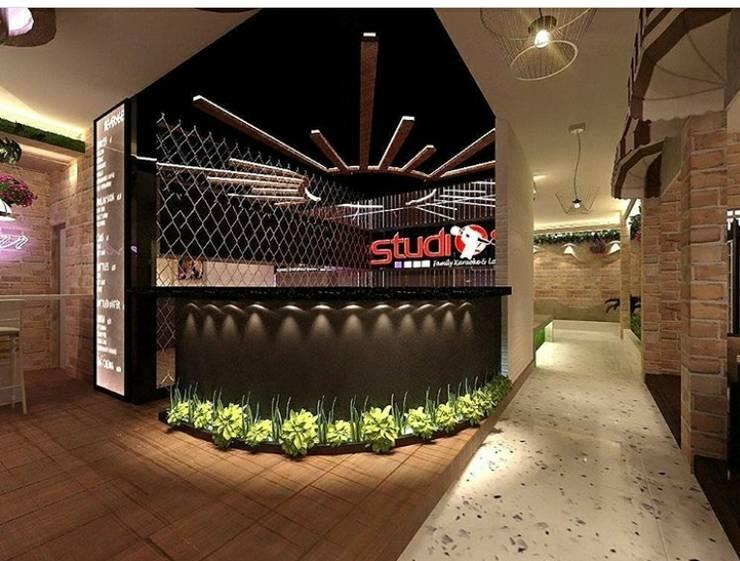 Karaoke entrance and public hall:  Koridor dan lorong by VaDsign