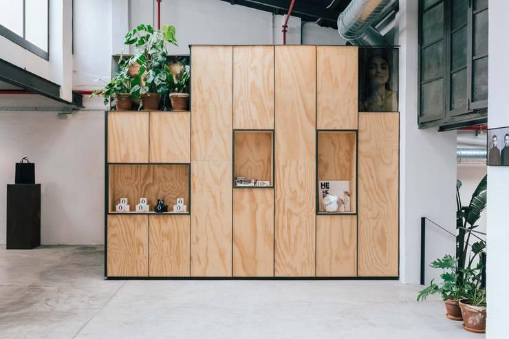 Wer-Haus: Oficinas y tiendas de estilo  de LaBoqueria Taller d'Arquitectura i Disseny Industrial
