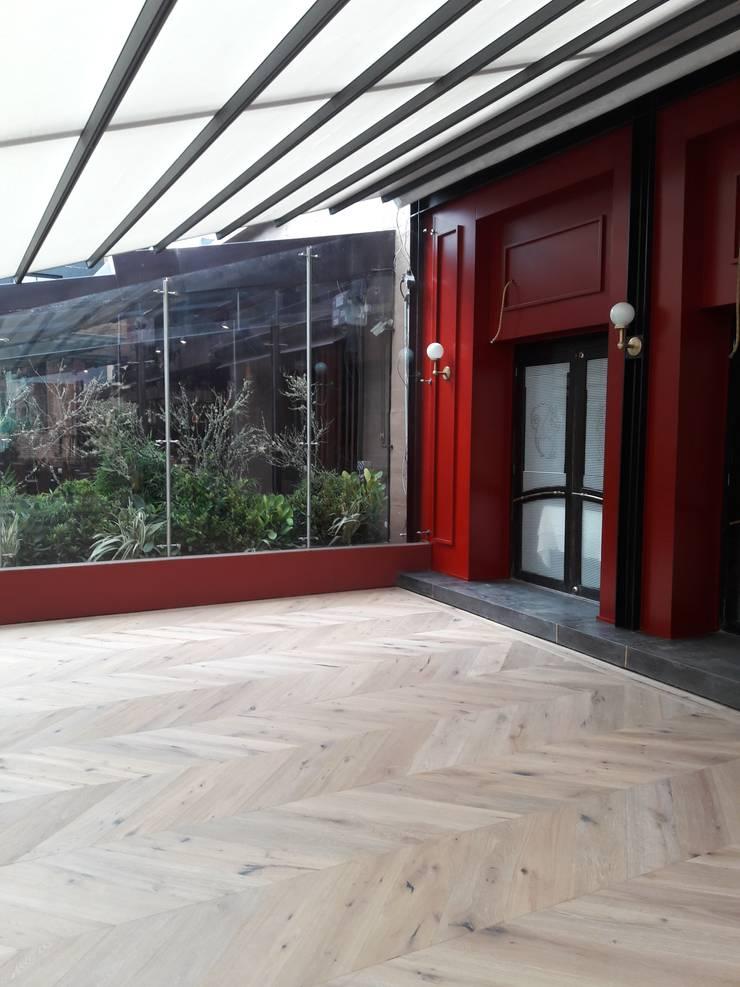 Terraza restaurante La Brasserie : Locales gastronómicos de estilo  por Pisos Millenium , Clásico Madera Acabado en madera
