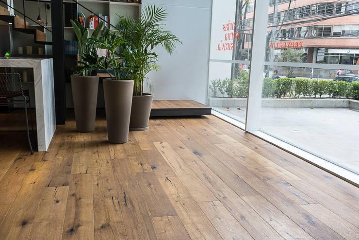 Showroom constructora Arias Serna y Saravia de Pisos Millenium Moderno Madera Acabado en madera
