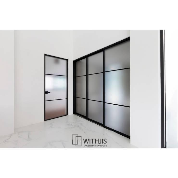 욕실인테리어 : WITHJIS(위드지스)의  문,모던
