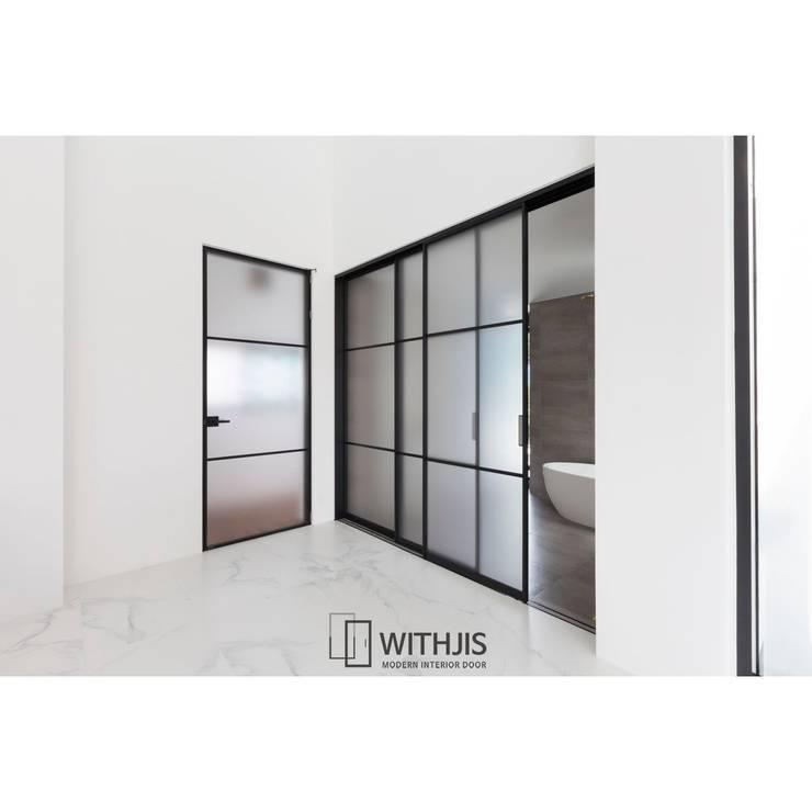 욕실슬라이딩도어: WITHJIS(위드지스)의  문,모던