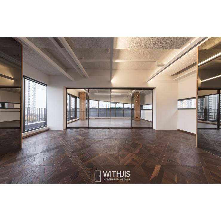 룸디바이더 슬라이딩도어: WITHJIS(위드지스)의  문,모던