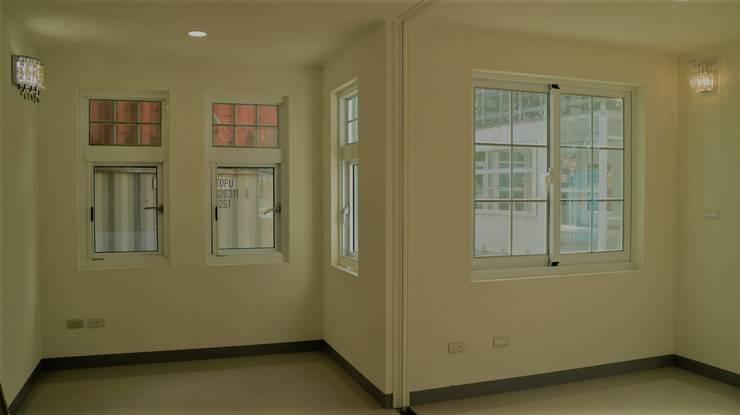 【客製化】層次高屋頂造型-3大房2廳2衛浴:  書房/辦公室 by 築地岩移動宅