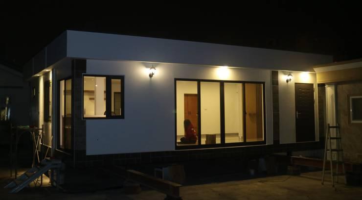 Maisons de plain-pied de style  par 築地岩移動宅