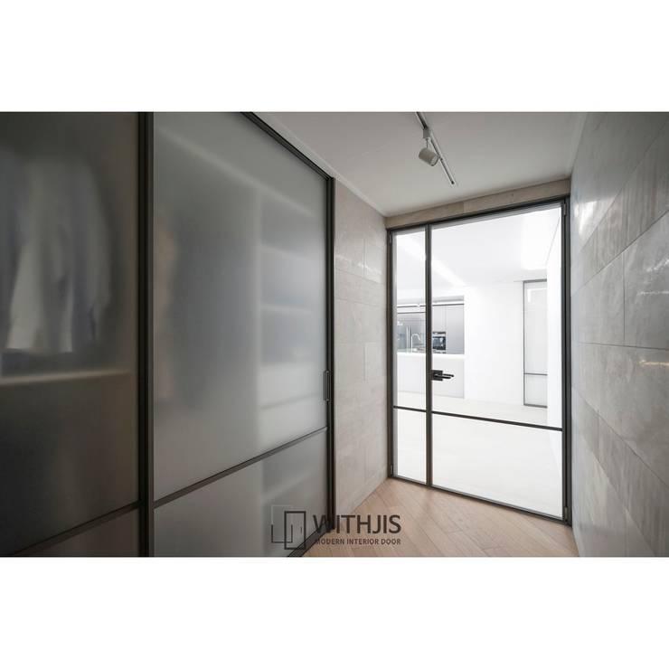 드레스룸 슬라이딩도어: WITHJIS(위드지스)의  문,