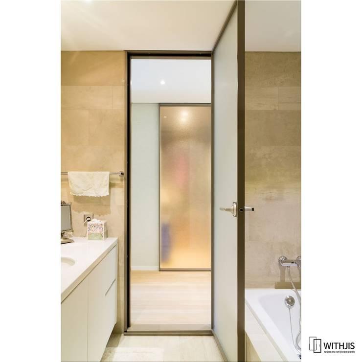 깔끔한 디자인 알루미늄 욕실도어: WITHJIS(위드지스)의  문,
