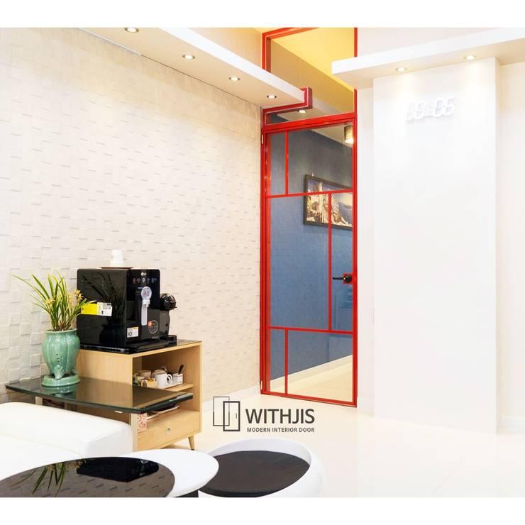 빨간 현관중문: WITHJIS(위드지스)의  문,