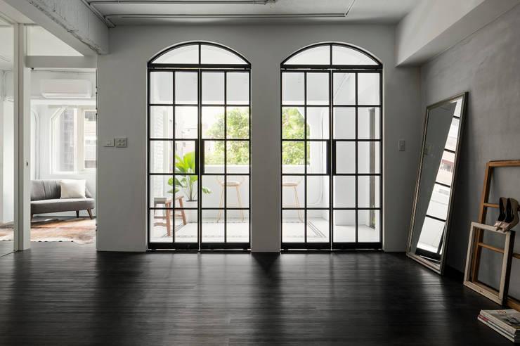 Portes en verre de style  par Studio In2 深活生活設計