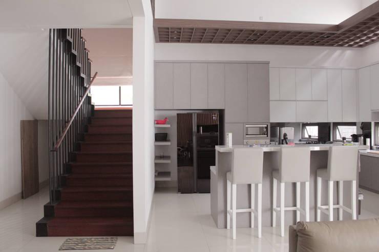 Kitchen by SAE Studio (PT. Shiva Ardhyanesha Estetika)