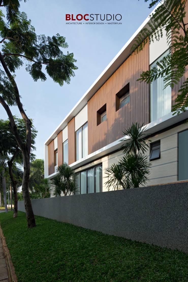 PIKtangular House Oleh BlocStudio Minimalis Kayu Buatan Transparent