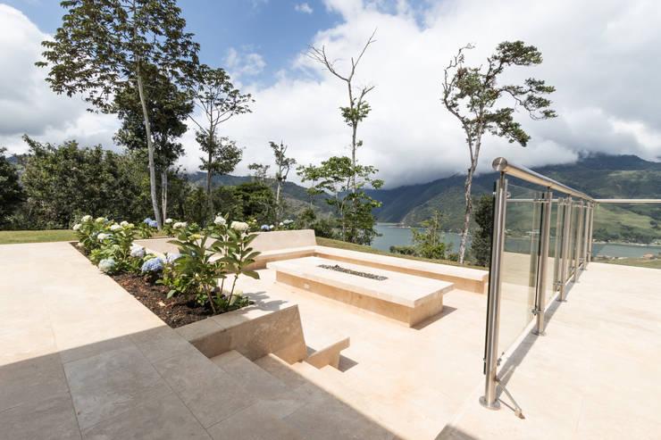 casa de campo calima : Casas campestres de estilo  por astratto