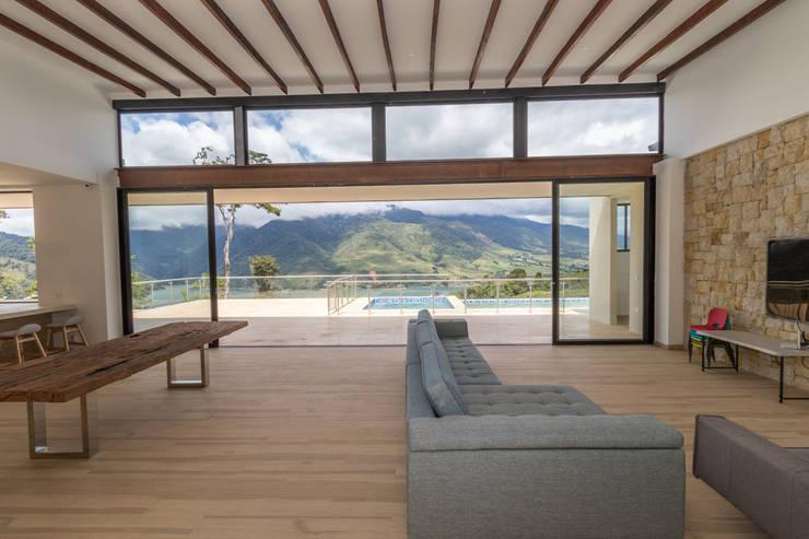 casa de campo calima : Salas de estilo  por astratto