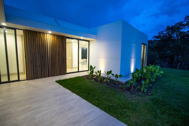Casa de campo / lopez : Casas de estilo moderno por astratto