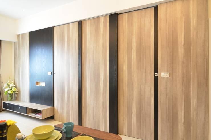 系統板材樣品屋:  客廳 by 奇恩室內裝修設計工程有限公司